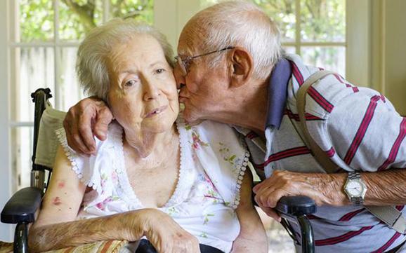 Jak prawidłowo opiekować się osobą cierpiącą na chorobę Alzheimera